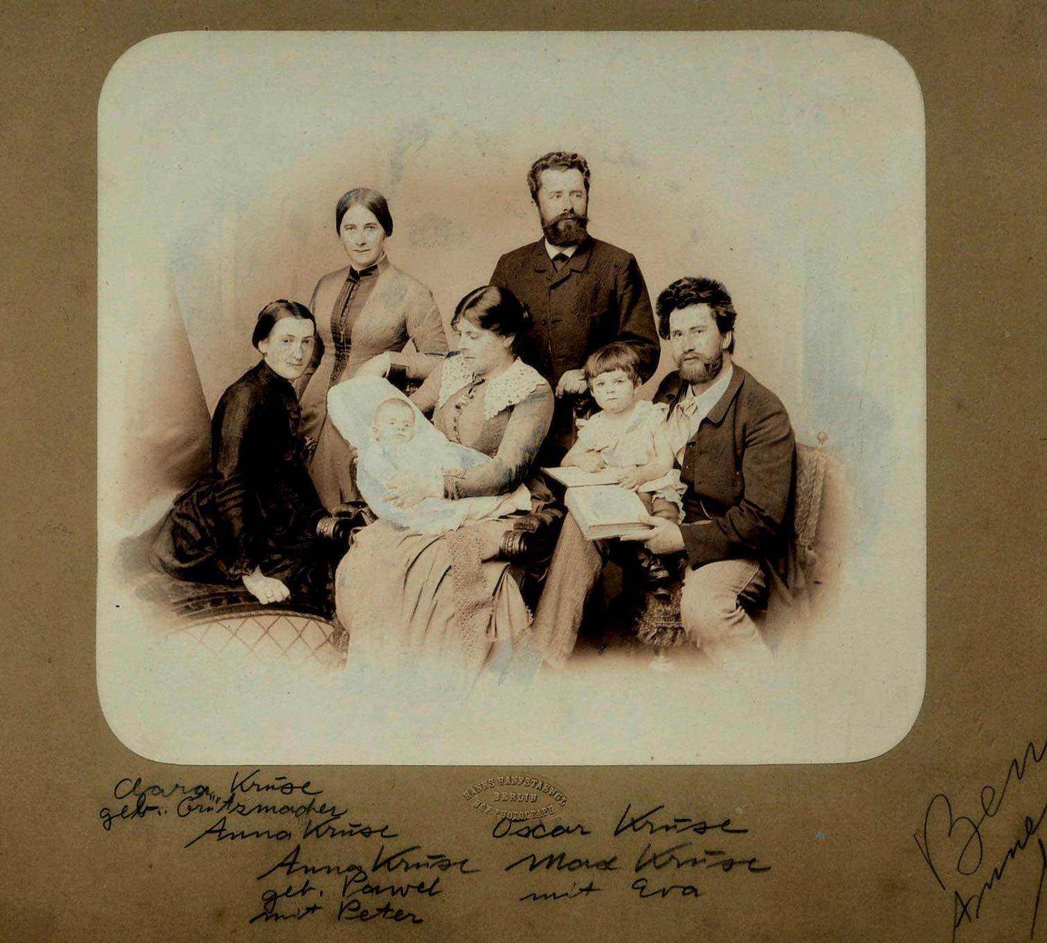 Gruppenaufnahme der Geschwister Anna (2. v.l.), Ocar (4. v.l.) und Max Kruse (r.) im Familienkreis (undatiert, um 1895)