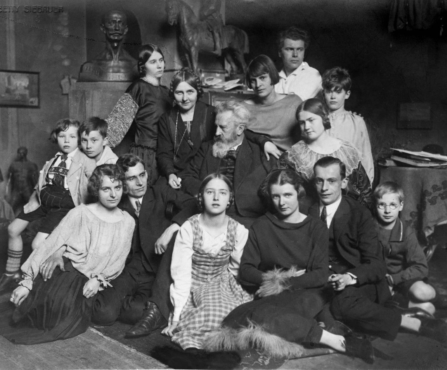Max und Käthe Kruse mit Kindern an Max Kruses 70. Geburtstag (1924)