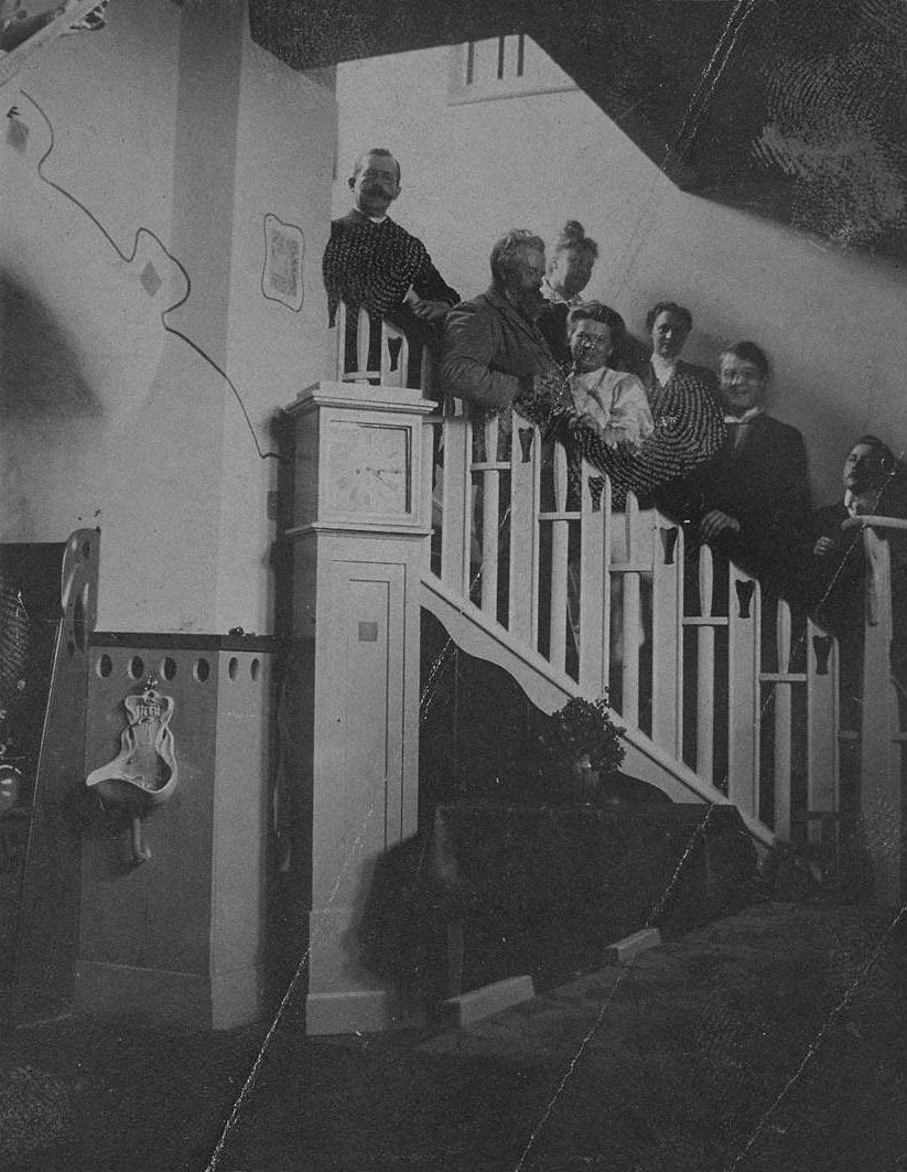 Oskar Kruse mit Freunden im Treppenhaus der Lietzenburg (1906)