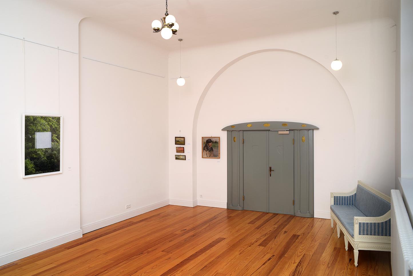 Lietzenburg Innenansichten - Atelier mit Flügeltür, Fotografie von Henriette KRIESE und vier Gemälden von Oskar KRUSE-LIETZENBURG