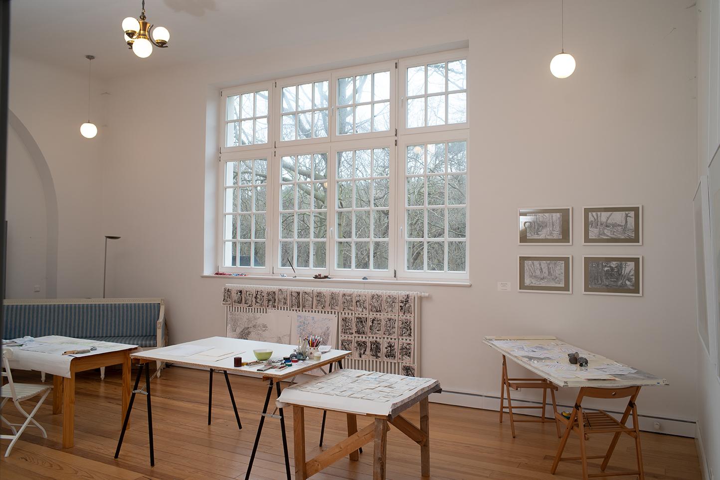 Lietzenburg Innenansichten - Im Atelier der Lietzenburg, mit Werken in Arbeit und vier Bleistiftzeichnungen von ELLEN LUISE WEISE