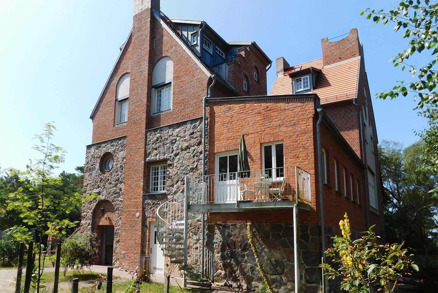 Lietzenburg Nordostansicht - Backstein-Baukörper im 1. OG rechts ist früherer Küchenanbau aus der Universität Greifswald-Zeit
